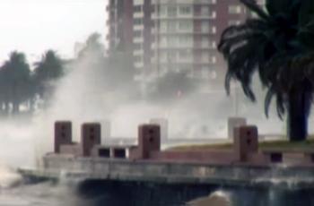 """Rambla de Montevideo. Fotograma del video Version de """"Carta a Poste Restante"""" de Jaime Roos del DVD """"Hugo Fattoruso en Concierto"""" (2010). https://youtu.be/0eLWEnSgcFA"""